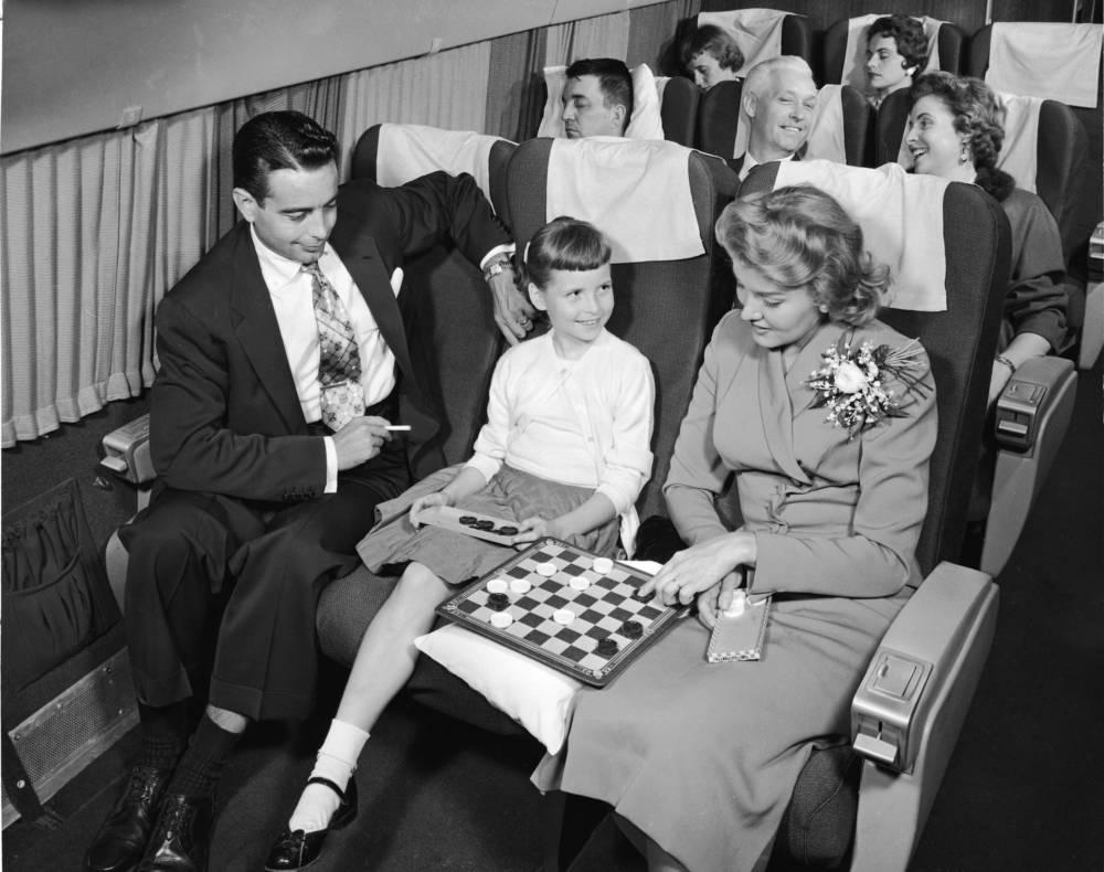 Mann raucht im Flugzeug