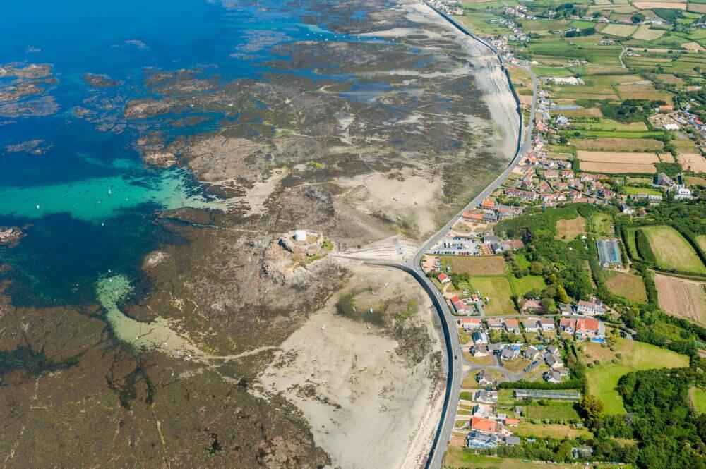 Die Küste von Guernsey bei Ebbe
