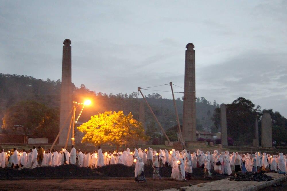 Magische Aura: Vor dem berühmten Stelenfeld im Zentrum von Axum zieht eine Prozession entlang