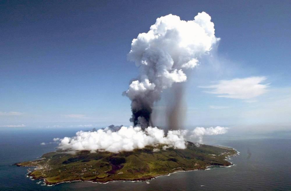 August 2000: Eine kilometerhohe Rauchsäule steht über Miyake-jima
