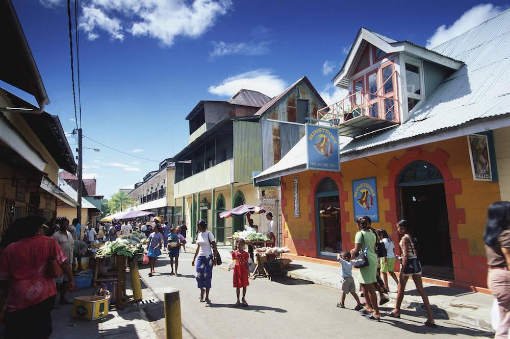 Eine Straße in Victoria, der Hauptstadt der Seychellen auf Mahé