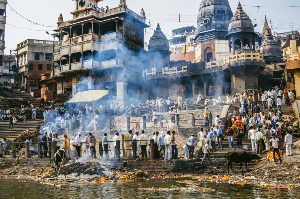 Nach Vanaresi kommen die Menschen, um eines zu tun: zu sterben. Wegen der vielen Einäscherungen liegt permanent Rauch über der Stadt am Ganges