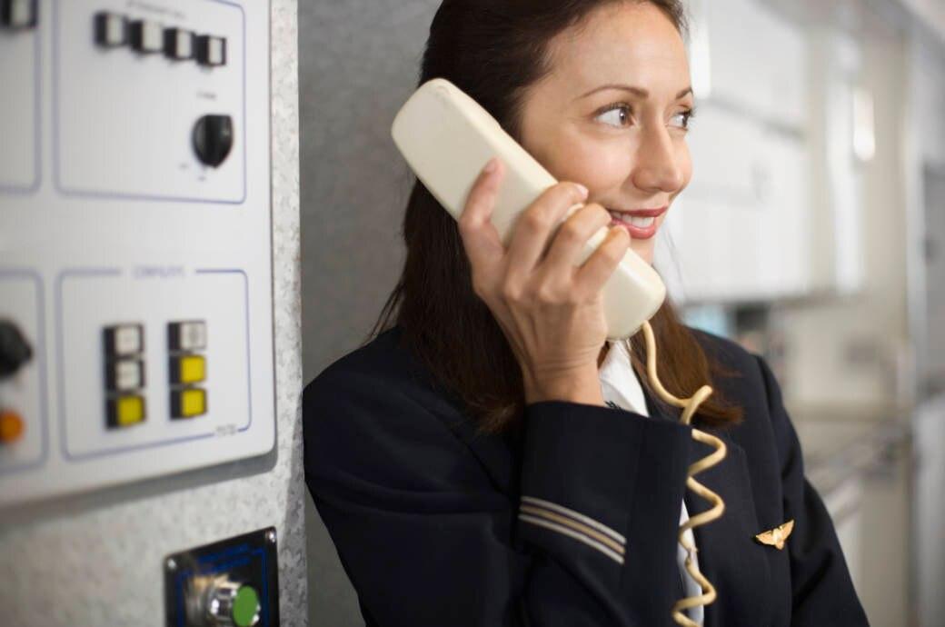 Amüsierte Stewardess