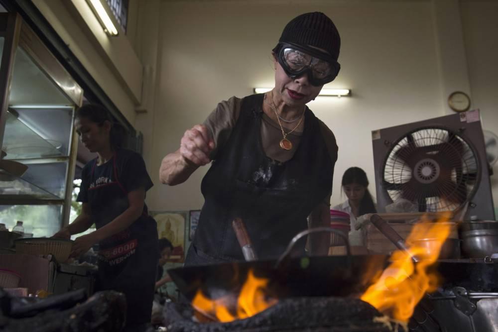 Die thailändische Köchin Jay Fai wurde vom Restaurantführer Michelin als erste Besitzerin einer Straßenküche mit einem Stern ausgezeichnet. Ihr Markenzeichen ist eine Skibrille