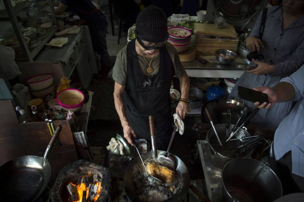 Jay Fai beim Kochen