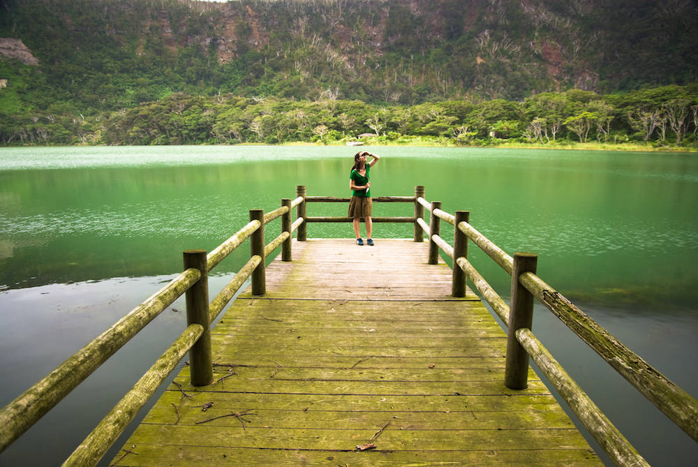 Eine Besucherin auf Miyake-jima. Die Insel ist ein grünes Naturparadies
