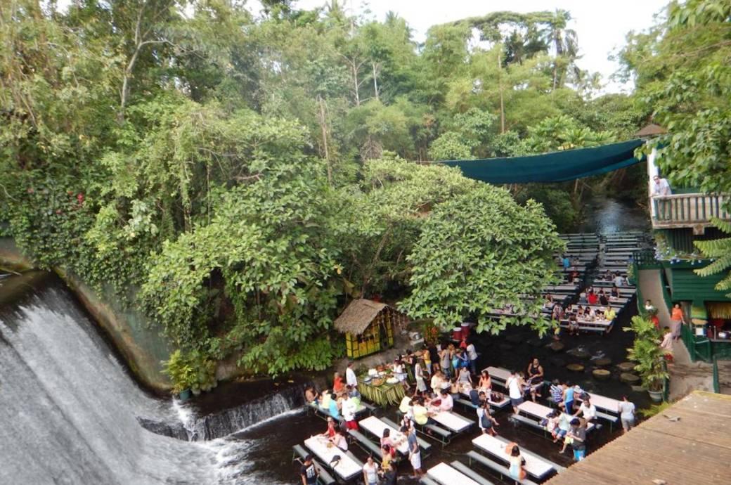 Im Labasin Waterfall Restaurant speisen Gäste am Fuße eines künstlich angelegten Wasserfalls