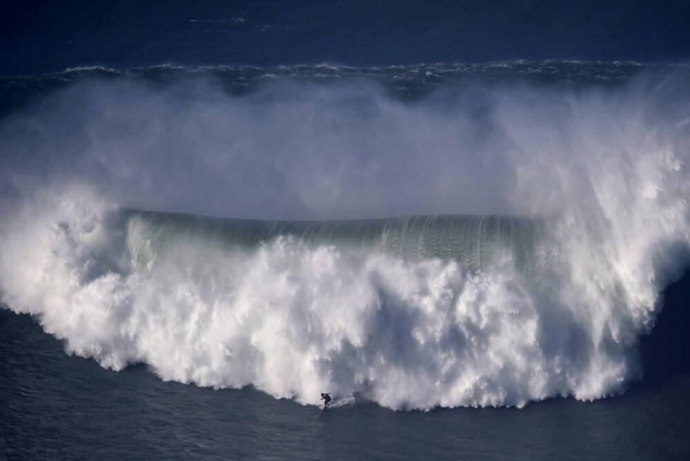 Big Wave am Praia do Norte in Nazare