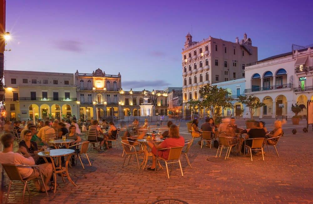 Touristen in einem Restaurant in Havanna