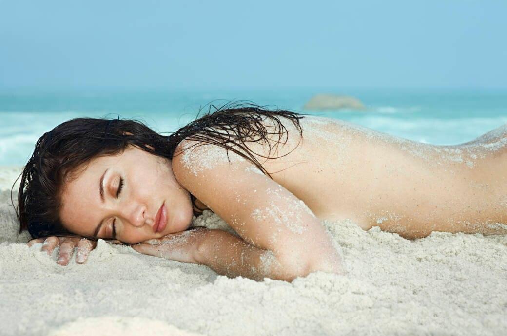 FKK, nackte Frau am Strand