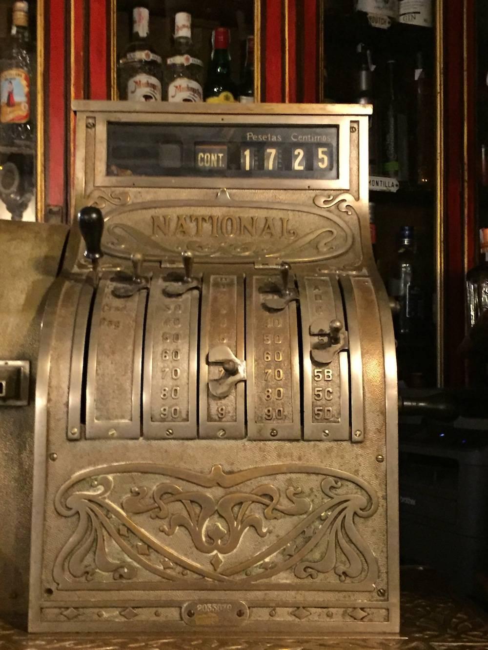 """Eine alte Ladenkasse zeigt die Zahl des Eröffnungsjahrs 1725 des Botín"""""""