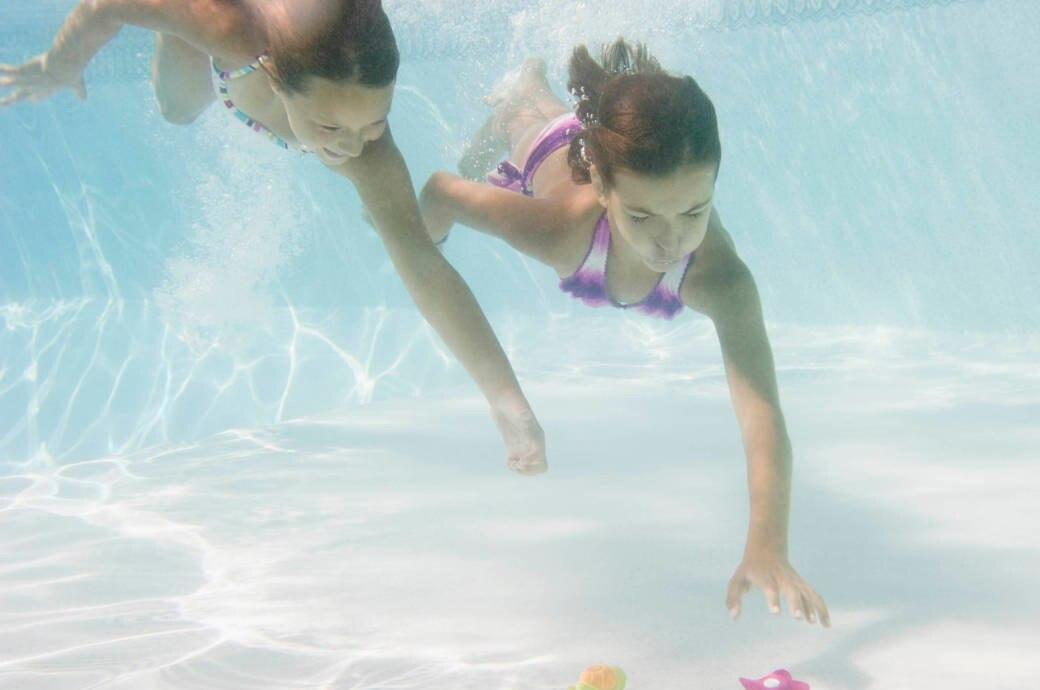 Kinder tauchen im Pool
