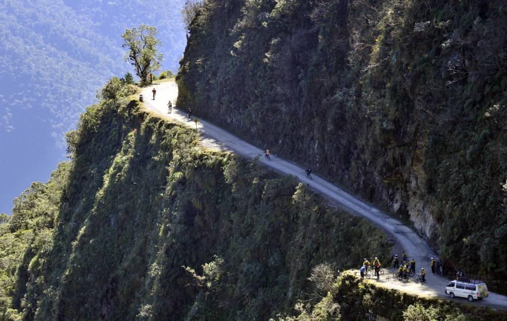 Eine Gruppe europäischer Touristen auf ihrer Mountainbike-Tour auf der nördlichen Yungas Road