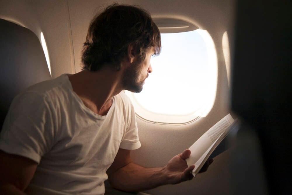 Mann am Flugzeugfenster