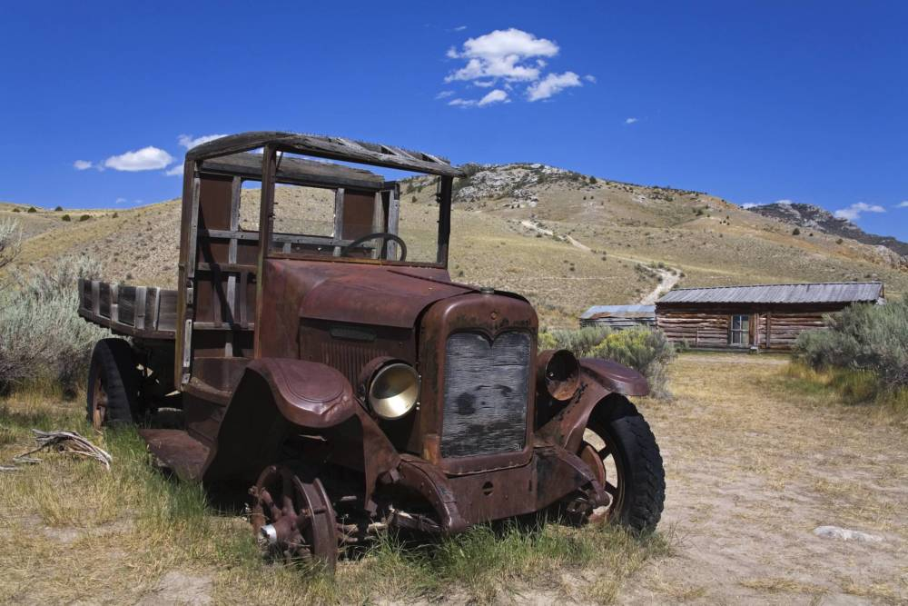 Ein vor sich hin rottender Truck in Bannack