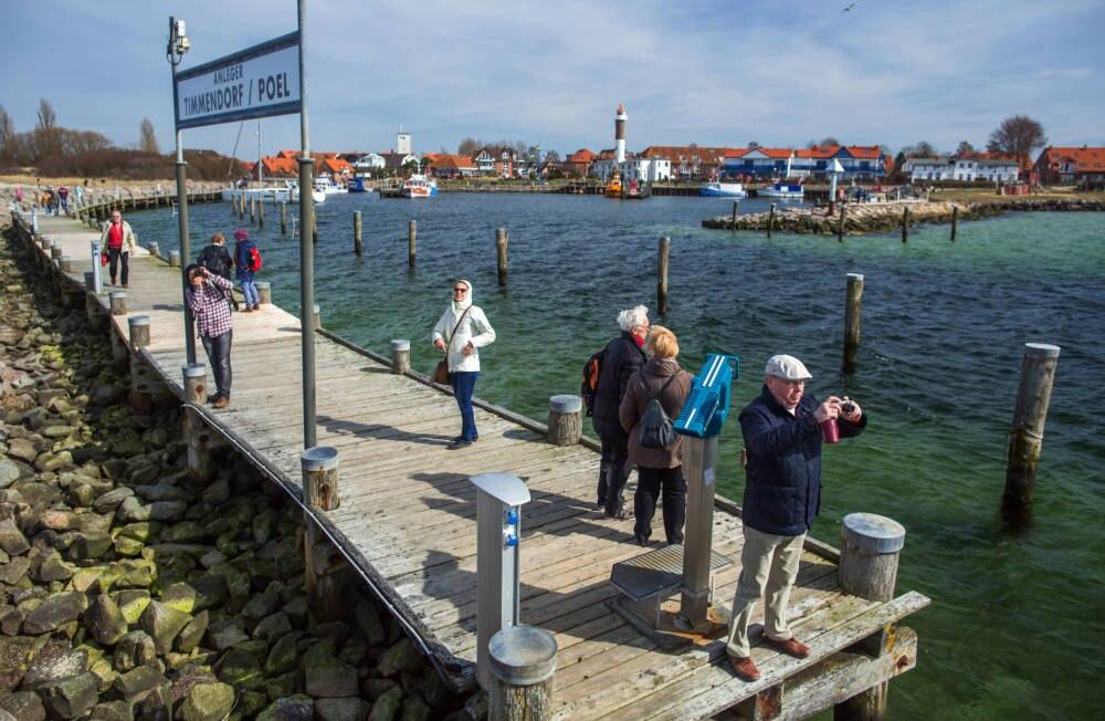 Urlauber im Hafen von Poel