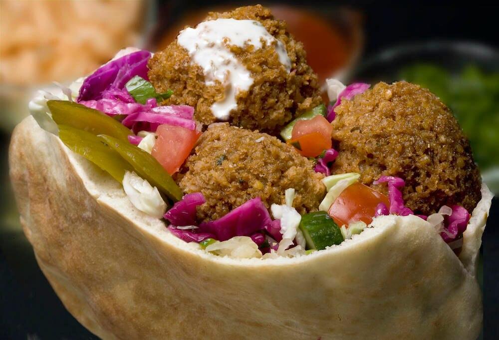 Pita-Brot mit Salat und Falafeln