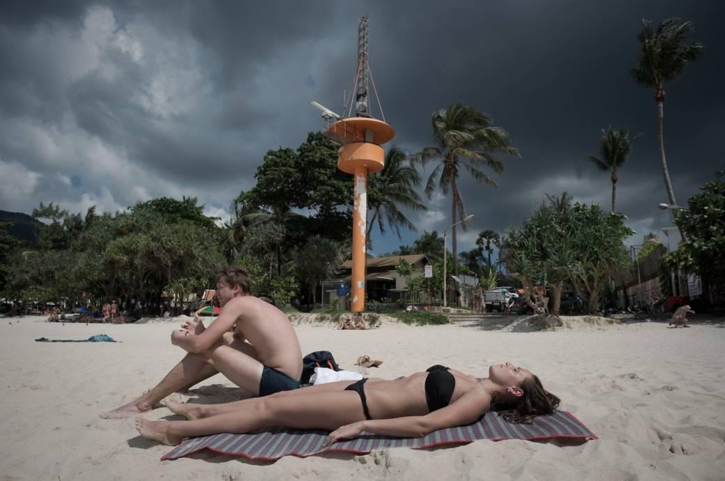 Urlauber am Strand von Phuket, Thailand