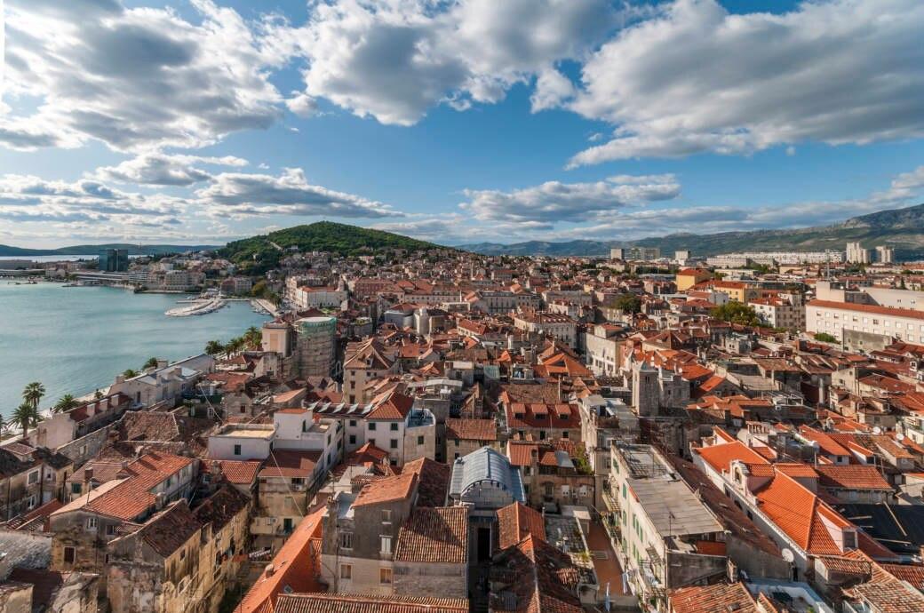 Kroatiens geschichtsträchtige Stadt Split von der Kathedrale aus fotografiert