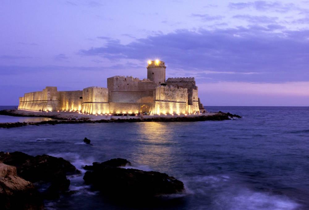 Blick auf die Festung von Le Castella im Abendlicht