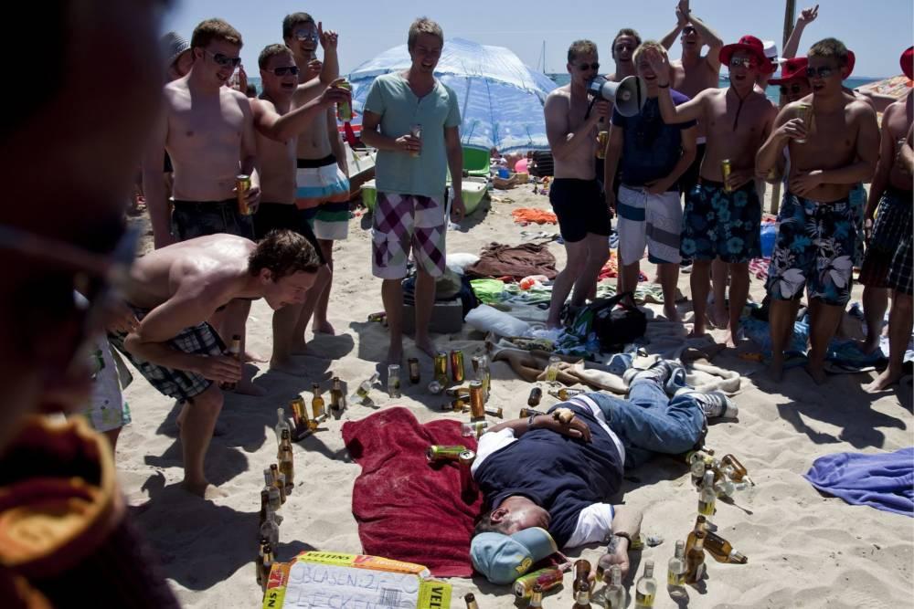 Betrunkener Mann am Strand in Palma de Mallorca