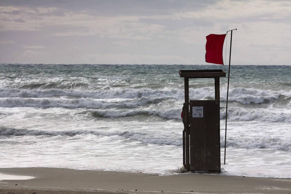 Rote Fahne am Strand
