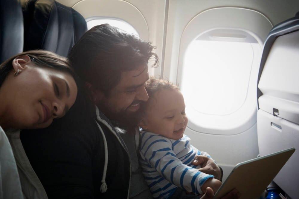 Familie im Flugzeug