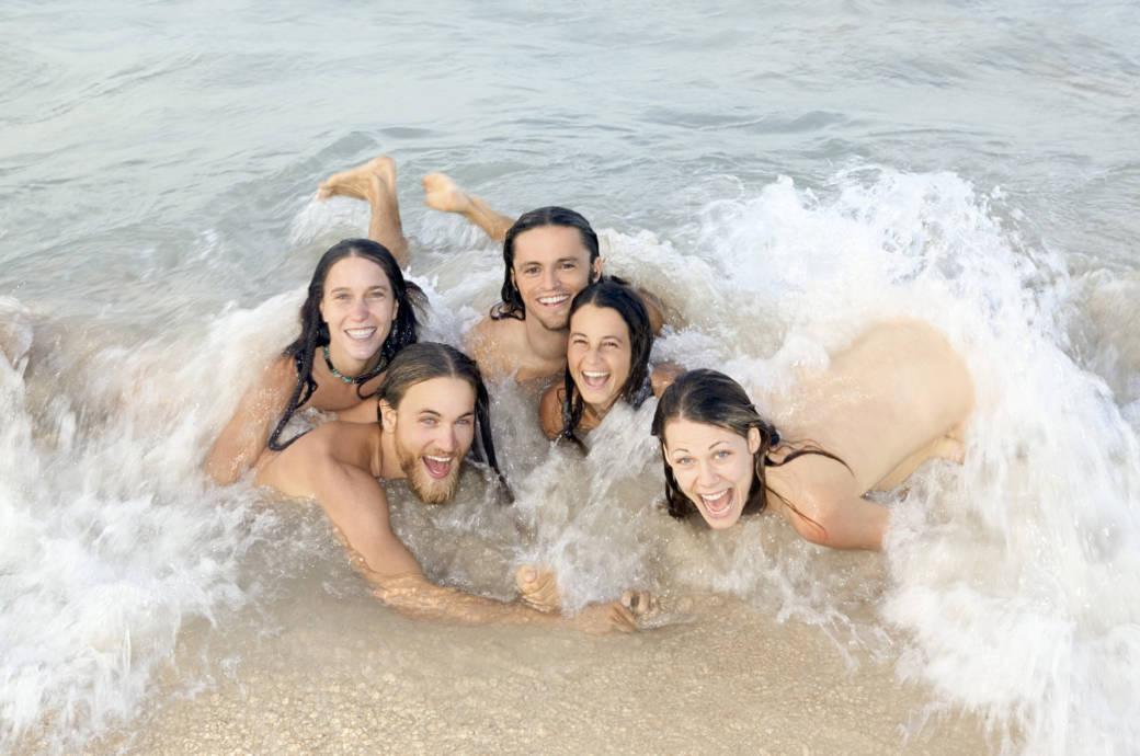 Gruppe junger Menschen beim Nacktbaden
