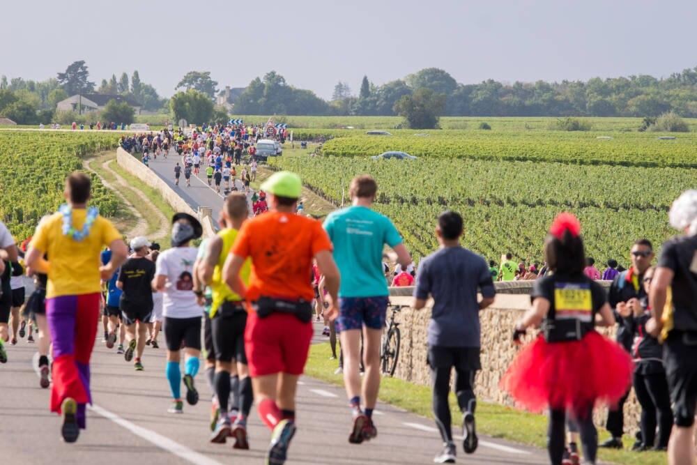 Läufer auf der Strecke vom Marathon du Médoc