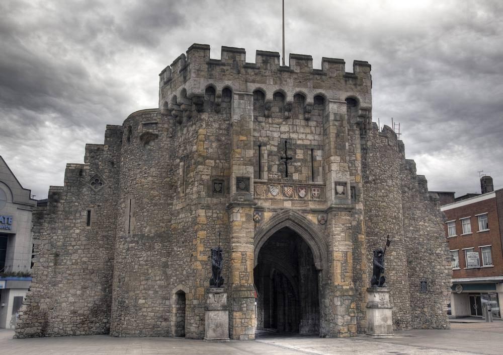 """Das mittelalterliche Stadttor """"Bargate"""" in Southampton"""