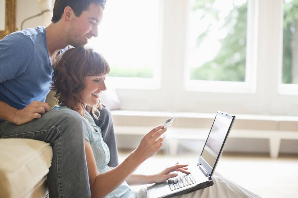 Paar beim Buchen im Internet