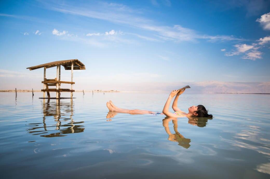 Tourist im Toten Meer / Dead Sea in Israel
