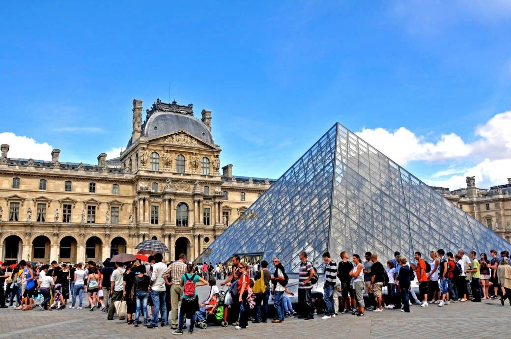 Warteschlange vor dem Louvre