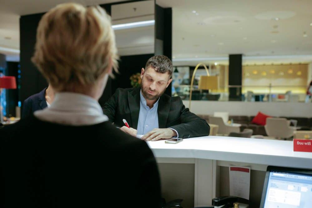 Geschäftmann beim Check-in