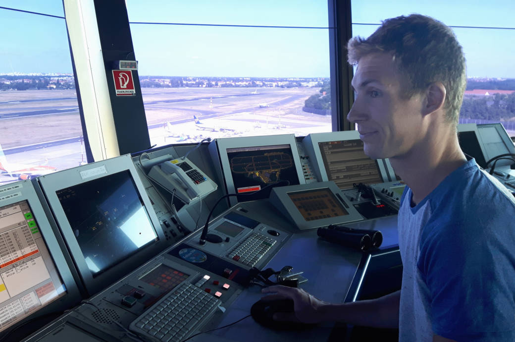 Fluglotse Sven an seinem Arbeitsplatz im Tower in Tegel