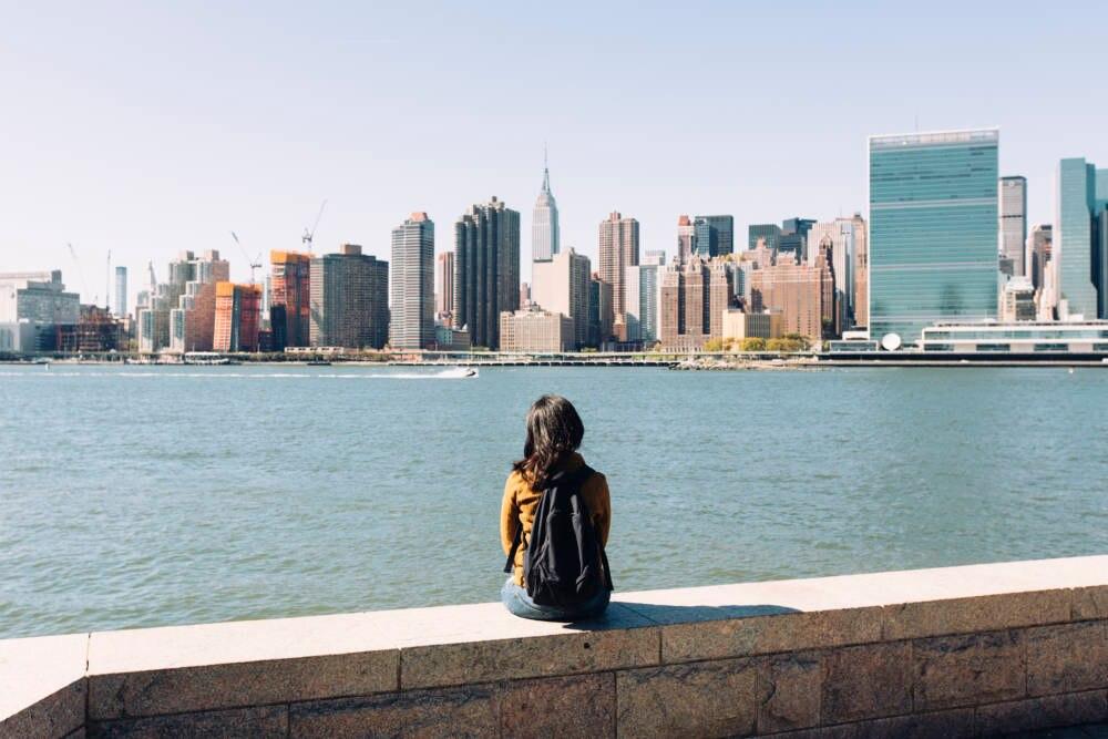 Frau blickt auf die Skyline von New York