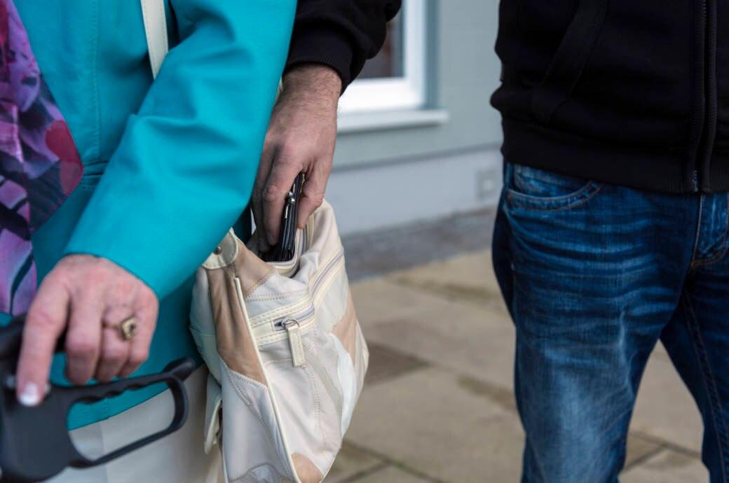 Taschendiebe haben bei Touristen oft leichtes Spiel. Doch wenn Portemonnaie oder Pass weg sind, wird es sehr ärgerlich
