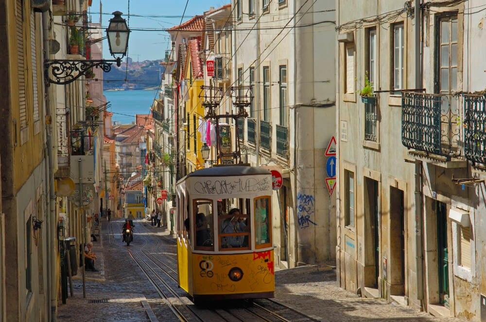 Die Seilbahn Elevador da Bica in Lissabon
