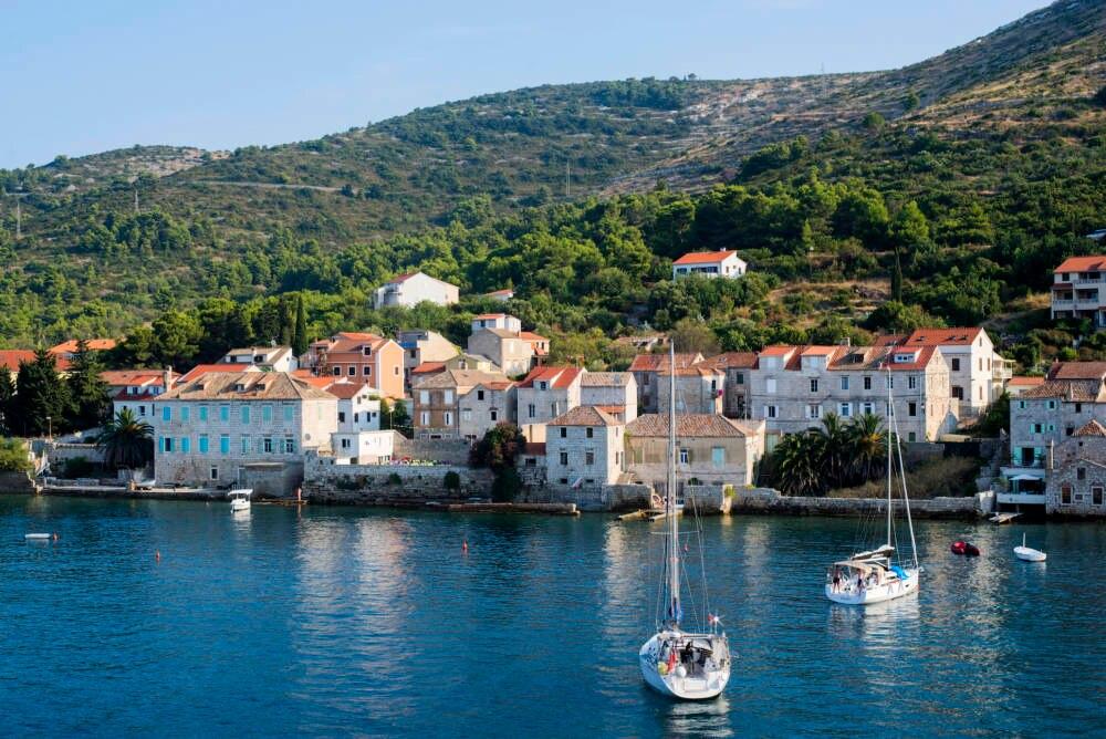 Der Hafen von Vis, Kroatien