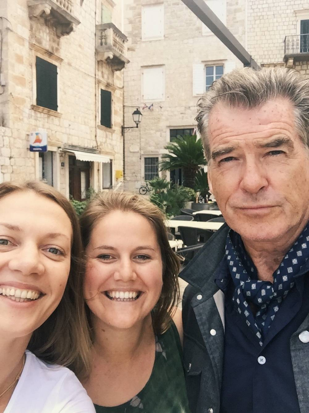 Milda, eine Unbekannte und Pierce Brosnan auf Vis, Kroatien
