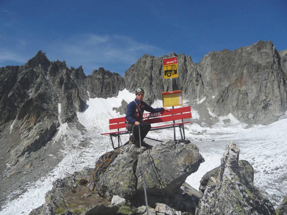 Diese Wartebank steht am Furkapass auf dem Hannibal-Turm in der Schweiz