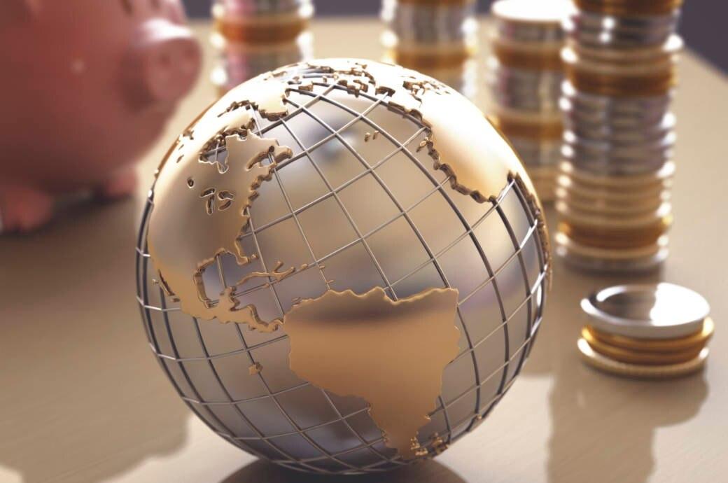 Globus mit Geldmünzen