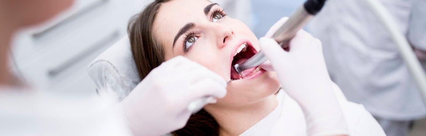 Zahnarztbesuche vor Flügen können Schäden verursachen