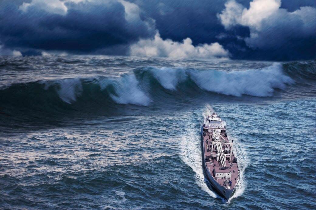Eine Monsterwelle und ein Frachter