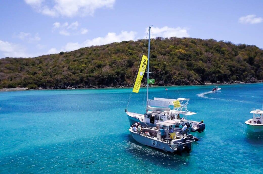 Dieses Boot serviert Pizza to go in der Karibik