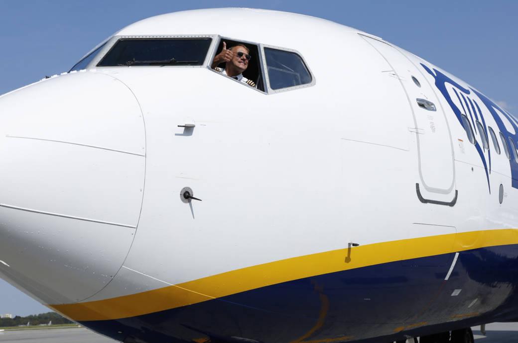 Ein Ryanair-Pilot schaut aus dem Cockpit