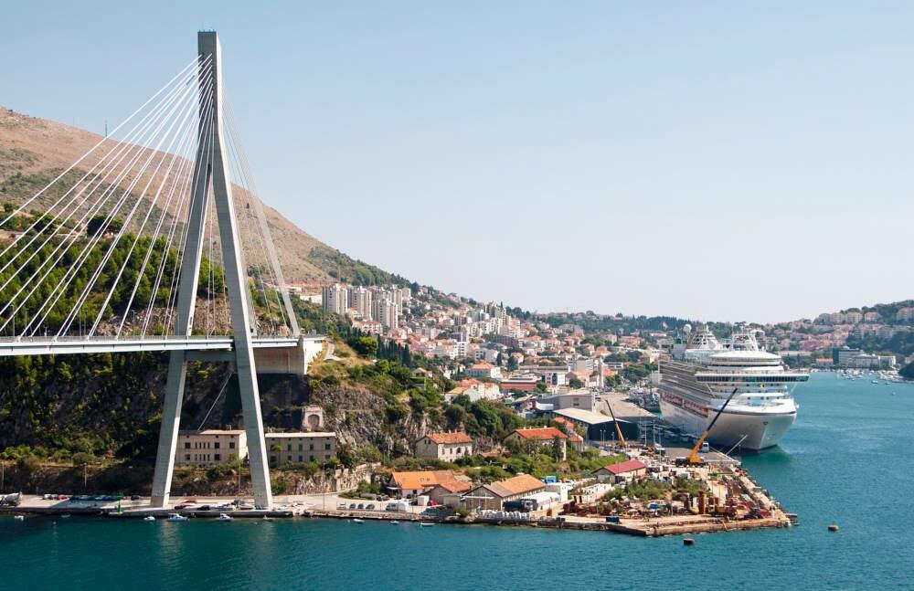 Ein kleiner Hafen und ein riesiges Kreuzfahrtschiff: Ein beinahe alltägliches Bild in der kroatischen Stadt Dubrovnik