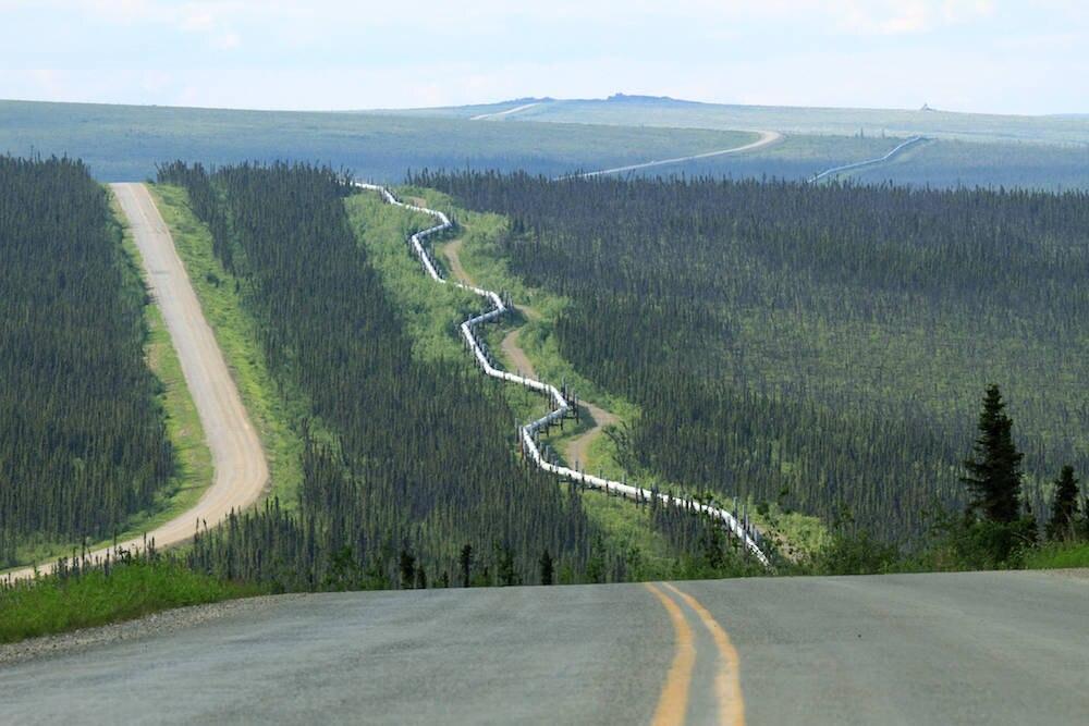Der Dalton Highway verläuft entlang der Trans-Alaska-Pipeline