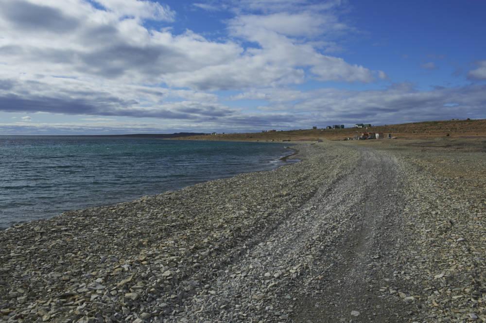 Cambridge Bay in der kanadischen Region Nunavut ist sehr spärlich besiedelt. Im Hintergrund erkennt man einige Häuser der dort lebenden Inuit