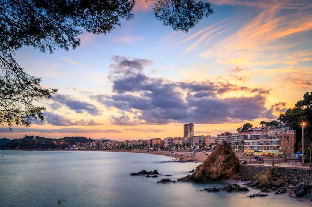 An Stränden in Spanien sind Kippen und das Rauchen zunehmend unerwünscht. Die Touristen-Hochburg Lloret de Mar verhängte nun auch ein Rauchverbot.